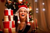 Retrato de mujer riendo cerca de árbol de Navidad de — Foto de Stock