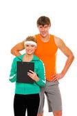 Retrato de hombre joven y ajuste chica en ropa deportiva con portapapeles — Foto de Stock