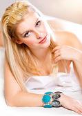 Ritratto di sensuale giovane donna con lunghi capelli biondi sdraiata a letto. ritocco — Foto Stock