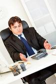 Nespokojen podnikatel, sedí v kanceláři a čeká důležitá telefonní c — Stock fotografie