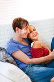 自宅で自分自身を楽しんで愛のロマンチックなカップル — ストック写真