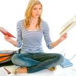 zszokowana dziewczyna siedzi na podłodze z książek i przygotowujących się do egzaminów — Zdjęcie stockowe #8638878