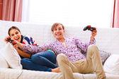 Jonge man nemen joystick uit zijn winnende vriendin tijdens het spelen — Stockfoto