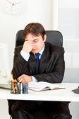 Empresário moderno cansado, sentado na mesa do escritório — Foto Stock