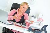 Ofis resepsiyon iş kadını iş kötü sonuçlardan memnun oturan — Stok fotoğraf