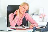 累了的商务女人坐在办公室桌前和工作 — 图库照片
