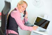 Sonriente a mujer de negocios moderno teléfono hablando — Foto de Stock