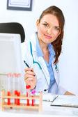 Porträtt av attraktiva läkare kvinna som sitter på kontor — Stockfoto