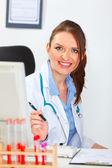 Porträtt av leende kvinnliga läkare på kontor — Stockfoto
