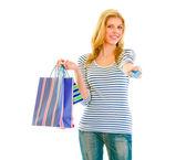 美丽少女与购物袋给信贷的肖像 — 图库照片