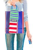 十几岁的女孩用信用卡给购物袋 — 图库照片