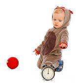 Çalar saat ve Noel top oynarken sevimli bebek — Stok fotoğraf
