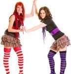 twee mooie tiener vriendinnen permanent samen en houden elkaar handen — Stockfoto