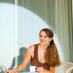女性一杯のコーヒー テラスで座っているとコーナーで探しています — ストック写真