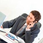 sentado en el empresario sonriente oficina escritorio hablando por celular y en — Foto de Stock