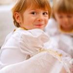 portrét šťastná dívka si hraje s sestra — Stock fotografie