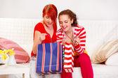 ショッピング袋を点検する 2 つの陽気なガール フレンド — ストック写真