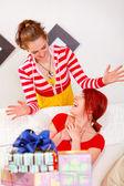 Jeune fille souriante, faire la surprise pour sa copine — Photo