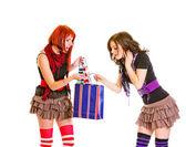 Neugierige charmante Mädchen betrachten Einkaufstasche — Stockfoto