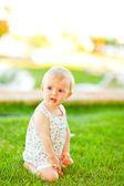 Riflessivo bambino giocando sull'erba — Foto Stock