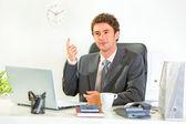 Sitzen im büro schreibtisch modern geschäftsmann weiß — Stockfoto