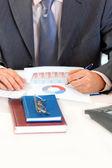 Affärsman sitter vid office skrivbord och arbeta med dokument. närbild. — Stockfoto