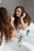 Prachtige vrouw make-up in badkamer — Stockfoto