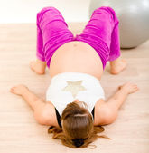 Pregnant woman doing fitness exercises at home — Zdjęcie stockowe