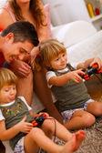 Tweeling dochters spelen op console thuis — Stockfoto
