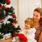 rodina tráví čas u vánočního stromu — Stock fotografie