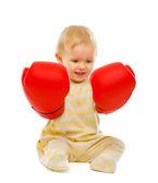 ボクシング グローブを白で隔離される床の上に座ってのかわいい赤ちゃん — ストック写真