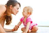 Giovane madre, giocando con il bambino sul pavimento — Foto Stock