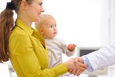 Tatlı anne ile bebek teşekkür pediyatrist doktor exa için üzerinde — Stok fotoğraf