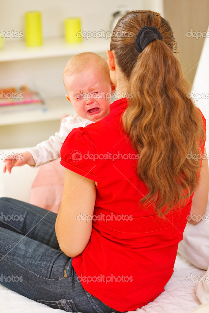 Mother calming crying baby — Stock Photo #9001346
