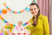 Portret van moeder en vieren baby op achtergrond — Stockfoto