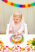šťastný jíst rozmazaně dítě jíst první narozeninový dort — Stock fotografie