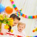 madre y bebé divirtiéndose en la fiesta de cumpleaños — Foto de Stock