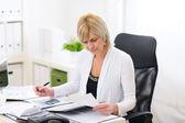 Mulher de negócios maduros, trabalhando no escritório — Foto Stock
