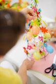 イースターの飾りを作る女性の手のクローズ アップ — ストック写真