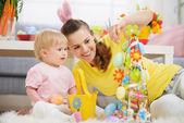 妈妈和宝宝制作复活节装饰 — 图库照片