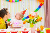 Mamma ger födelsedagspresent för baby — Stockfoto