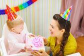 Madre dando il regalo di compleanno per bambino — Foto Stock