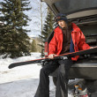 Teenager holding skis. — Stockfoto