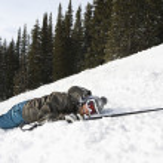 skiër liggen in de sneeuw — Stockfoto