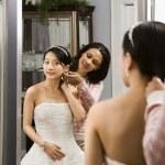 Friend helping bride. — Stock Photo