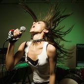 Cantante femenina en micro. — Foto de Stock