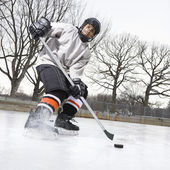 мальчик играет хоккей на льду. — Стоковое фото