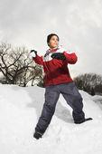Niño lanzando bolas de nieve. — Foto de Stock