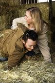 пара, играя в сено. — Стоковое фото