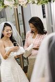 žena pomoci nevěsta s kabelky. — Stock fotografie